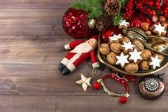 Julkakor och valnötter med tappninggarneringar arkivfoton