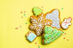 Julkakor på ljus gul bakgrund arkivbilder