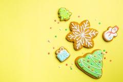 Julkakor på ljus gul bakgrund royaltyfria bilder
