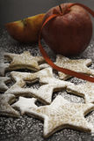 Julkakor som strilas av socker med röda äpplen royaltyfri bild