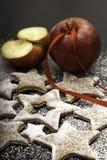 Julkakor som strilas av socker med röda äpplen arkivfoto