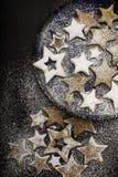 Julkakor som strilas av socker på den keramiska plattan Arkivfoton