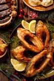 Julkarp, stekte karpfiskskivor på en keramisk platta, slut upp Traditionell maträtt för julhelgdagsafton arkivbilder