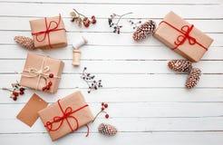 Julklapp- eller gåvaask på den wood tabellen Slågen in ask för gåva för tappninghantverkpapper som dekoreras med kvisten av jul arkivfoto