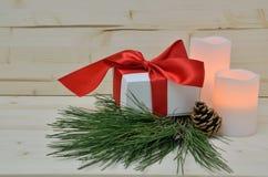 Julklapp med det röda silkeslena bandet Fotografering för Bildbyråer