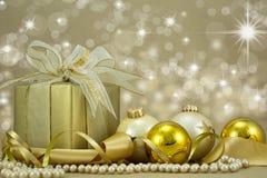 Julklapp med guld- baubles. Royaltyfria Foton