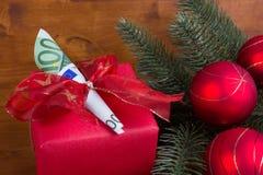 Julklapp med sedlar på träbakgrund Fotografering för Bildbyråer