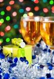 Julklapp och exponeringsglas av vit wine Royaltyfri Fotografi