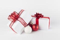 Julklapp- och julbollar som isoleras Royaltyfria Bilder