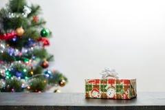 Julklapp på trätabellen och kopieringsutrymme fotografering för bildbyråer
