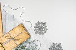 Julklappar eller bästa sikt för gåvabakgrundsram på vit arkivfoto