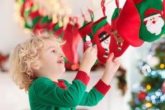 Julklappar för ungar symboler för element för jul för adventkalendertecknad film time olikt royaltyfri foto
