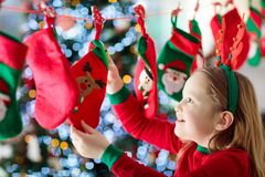 Julklappar för ungar symboler för element för jul för adventkalendertecknad film time olikt arkivbild
