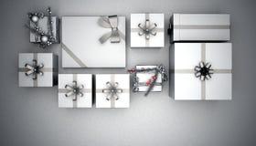 Julklappar i silver på grå bakgrund stock illustrationer