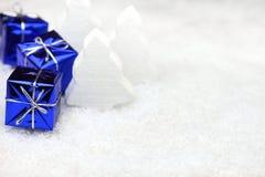 Julklappar i snowen fotografering för bildbyråer