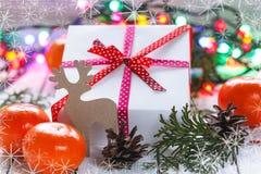 Julklappar med det röda bandet och tangerin Arkivbild