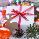 Julklappar med det röda bandet och tangerin Royaltyfri Fotografi