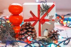 Julklappar med det röda bandet och tangerin Arkivbilder