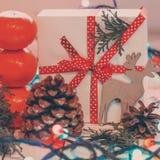 Julklappar med det röda bandet och tangerin Royaltyfria Foton