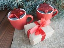 Julklappar med det röda bandet på mörk träbakgrund Arkivbild