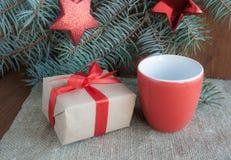 Julklappar med det röda bandet på mörk träbakgrund Royaltyfria Foton