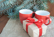 Julklappar med det röda bandet på mörk träbakgrund Royaltyfri Bild