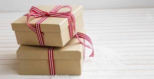 Julklappar med det röda och vita bandet Arkivfoton