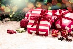 Julklappar med garnering arkivfoton