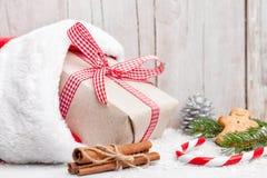 Julklappar med snö på träbakgrund arkivbild