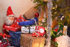 Julklappar och julgran och Santa Claus Royaltyfri Fotografi
