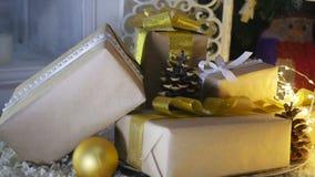 Julklappar och prydnader på träbakgrund Royaltyfri Fotografi