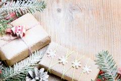 Julklappar och snö på träbakgrund, Royaltyfri Foto