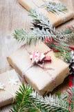 Julklappar och snö på träbakgrund, arkivbilder