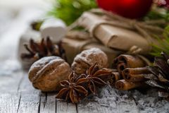 Julklappar och symboler, lantlig wood bakgrund Royaltyfria Foton