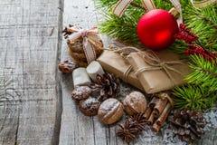 Julklappar och symboler, lantlig wood bakgrund Royaltyfri Bild