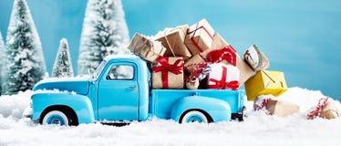 Julklappar på blåttlastbilen arkivbilder