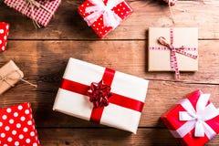 Julklappar på en bordlägga Arkivfoto