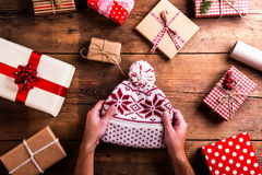 Julklappar på en bordlägga Fotografering för Bildbyråer