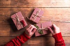 Julklappar på en bordlägga Royaltyfria Bilder