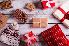 Julklappar på en bordlägga Royaltyfri Foto