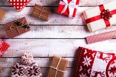 Julklappar på en bordlägga Arkivbild