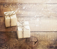 Julklappar på mörk träbakgrund i tappning utformar Arkivfoto
