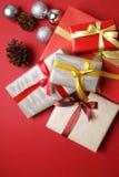 Julklappar på röd bakgrund - serie 2 Arkivfoton