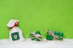 Julklappar på snöig bakgrund Idé för en xmas-kupong arkivfoton