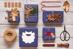 Julklappar på träbakgrund Arkivfoton