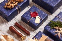 Julklappar på träbakgrund Royaltyfria Bilder