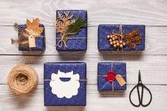 Julklappar på träbakgrund Royaltyfri Foto