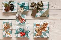 Julklappar på träbakgrund Royaltyfri Fotografi