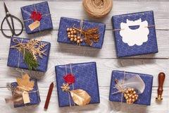 Julklappar på träbakgrund Arkivbild