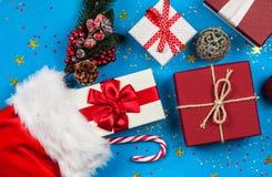 Julklappar som flödar ut ur strumpa för jultomten` s royaltyfria foton